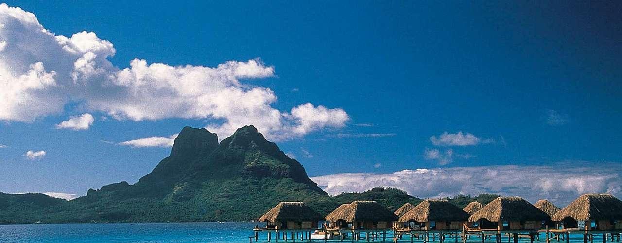 Poucos cenários conseguem ser tão românticos e especiais quanto Bora Bora, na Polinésia Francesa, com suas lagoas de águas turquesas em praias paradisíacas protegidas por barreiras de coral.  A ilha tem uma vasta oferta de resorts de luxo com bangalôs sobre a água e o monte Otemanu como pano de fundo