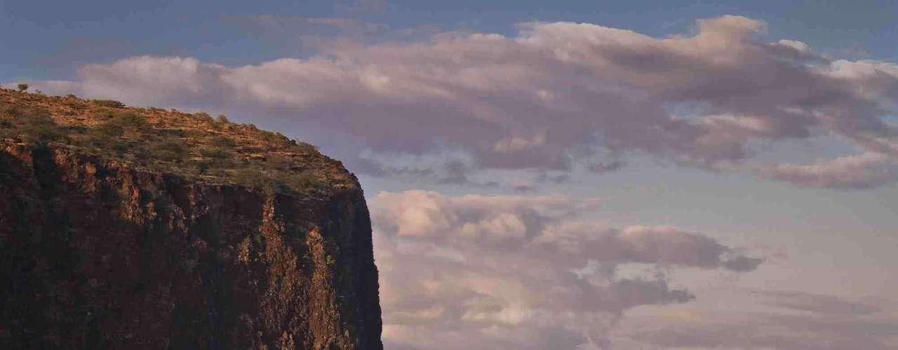 A 45 minutos de ferryboat de Maui, a ilha de Lanai é uma das menores e mais intocadas do Havaí. Sem semáforos ou redes de comida rápida, a ilha tem uma pequena população de menos de 3 mil habitantes, oferecendo aos visitantes um aspecto tranquilo do arquipélago. Para garantir o conforto de uma viagem romântica, dois dos três hotéis da ilha são resorts cinco estrelas da rede Four Seasons