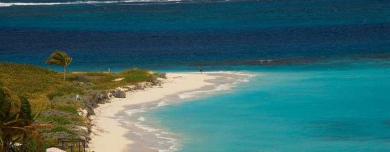 Sinônimo de beleza e tranquilidade, a ilha de Anguila mistura elegância e simplicidade no norte do Caribe. Os turistas podem aproveitar mais de 30 praias de areia branca relaxando nas águas mornas da região curtindo belas paisagens em clima de romance