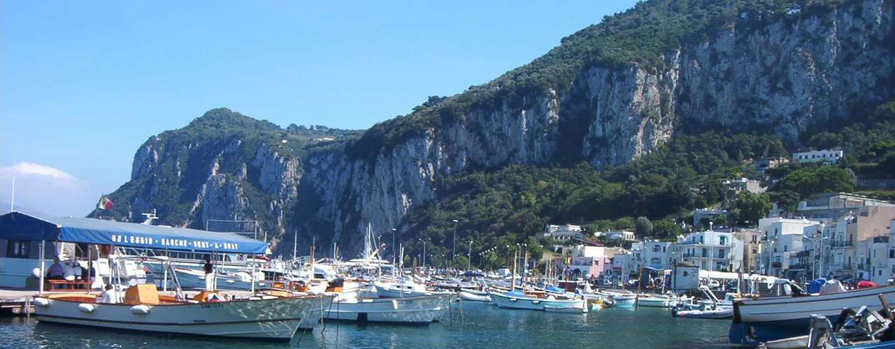 Glamourosa ilha da baía de Nápoles, Capri se destaca por suas lindas paisagens e seus penhascos pontuados com vilas, hotéis e restaurantes ideais para se deliciar com a gastronomia local. O ambiente convida ao romantismo, curtindo os charmes da ilha bem acompanhado