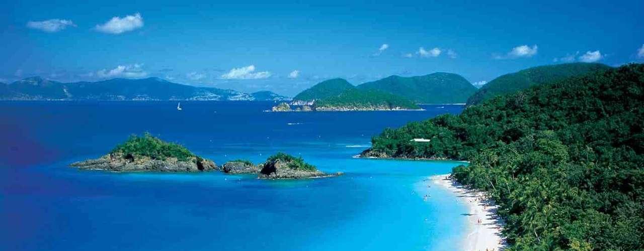 Menor das três ilhas principais do arquipélago das Ilhas Virgens Americanas, St. John tem uma área de 20 km² de uma linda natureza preservada. As paisagens da ilha são dominadas por extensas praias de areia branca com uma abundante vegetação como pano de fundo