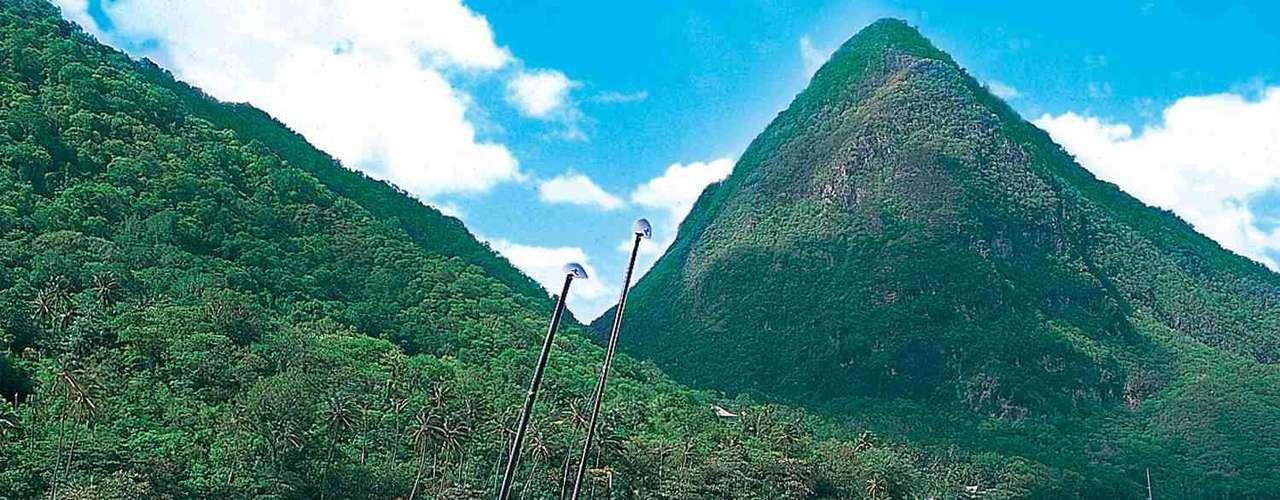 Os picos conhecidos como os Pitons servem como um incrível pano-de-fundo para a ilha de Santa Lúcia, uma das mais paradisíacas do Caribe. Coberta de vegetação e com belas praias , Santa Lúcia tem resorts exclusivos perfeitos para encontrar a tranquilidade a dois