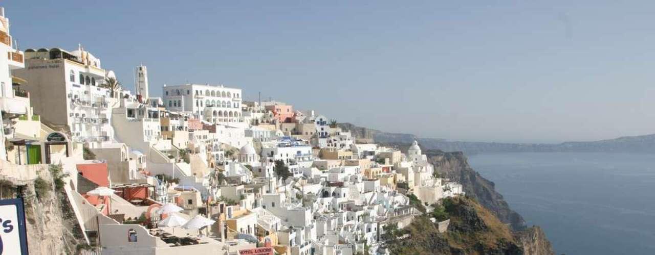 A 200 km do sudeste da Grécia continental, Santorini é um destino inigualável.  Suas casinhas brancas frente ao mar azul, cercando uma antiga cratera vulcânica, criam belas paisagens, ainda mais especiais durante o pôr-do-sol. Durante o dia, praias de águas calmas, deliciosos vinhos locais e sítios arqueológicos encantam os visitantes