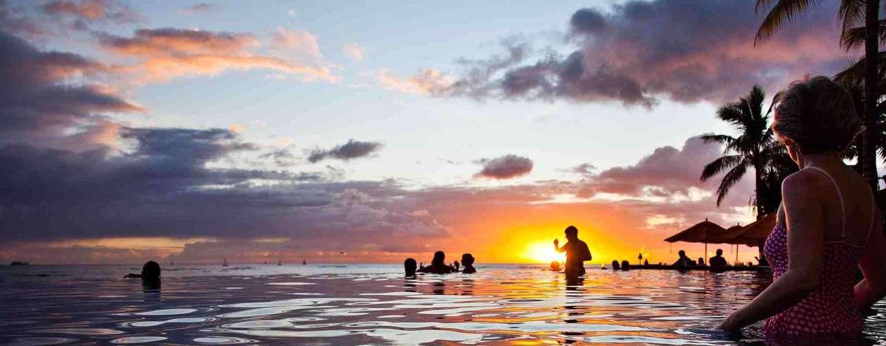 A cidade de Honolulu recebe os visitantes do mundo inteiro que visitam o mítico arquipélago do Havaí e chegam a Oahu, sua ilha principal. Degustando drinques à beira do mar na praia de Waikiki, surfando nas ondas do litoral norte ou relaxando nas águas de Hanauma Bay, a ilha mais agitada do arquipélago tem muitas opções para curtir com a pessoa amada