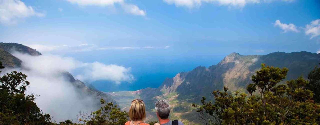 A ilha de Kauai esconde algumas das paisagens mais incríveis de todo o arquipélago havaiano. Habaleia Bay, no norte da ilha, as belas falésias da costa de Na Pali e o Canyon de Waimea são algumas das belezas naturais que se encontram nos mais de 1440 km²  da ilha. Lindas praias, vilarejos autênticos e resorts de luxo fazem parte dos atrativos da quarta maior ilha do Havaí
