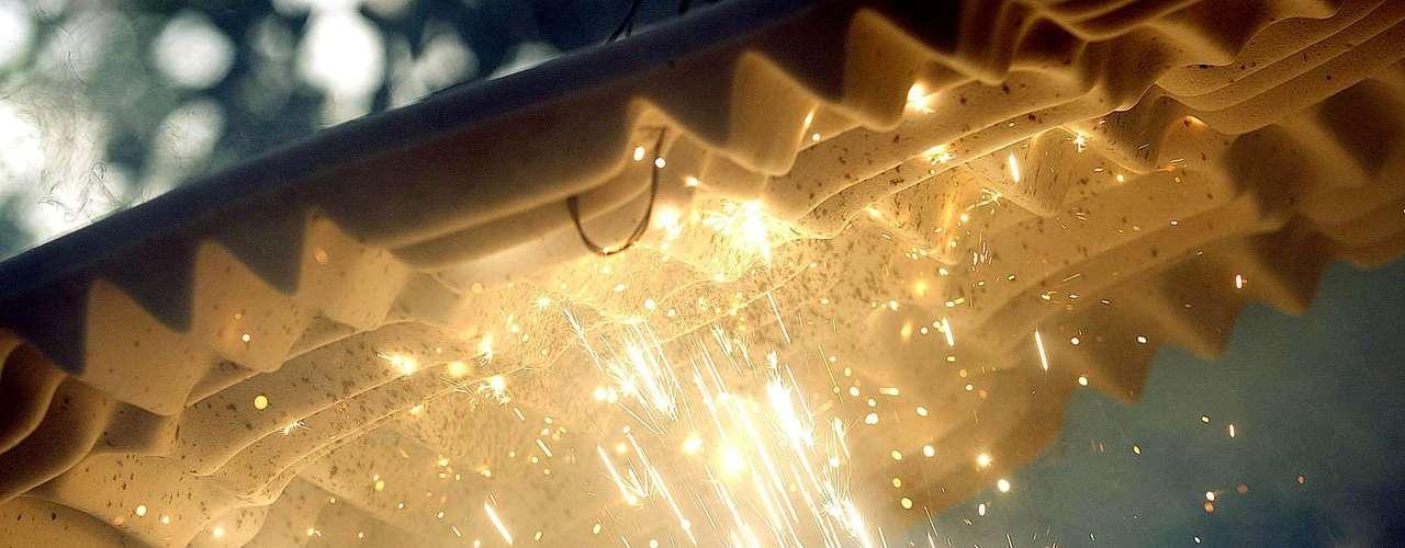 Diferente da outra espuma, o material anti-chamas não propaga o fogo