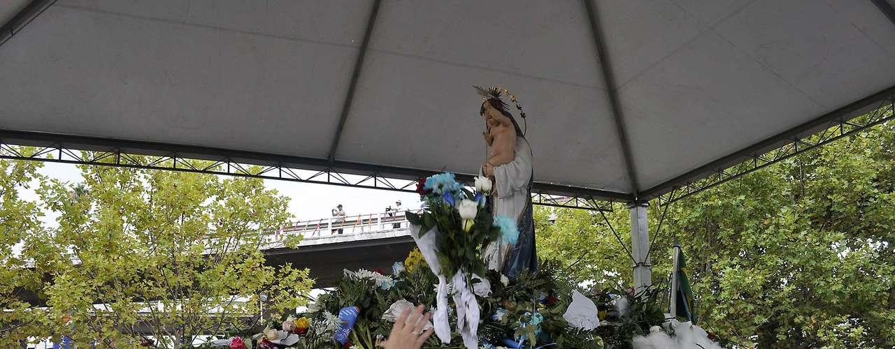 Uma multidão acompanhou a imagem da santa em Porto Alegre