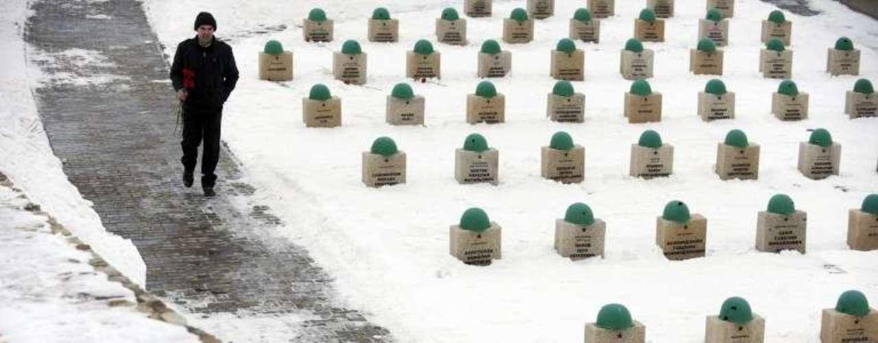 Capacetes são colocados em cima dos túmulos dos soldados do Exército Vermelho que morreram na Batalha de Stalingrado durante a Segunda Guerra Mundial