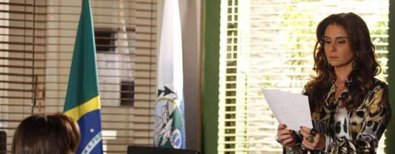 Lívia (Claudia Raia) é interrogada novamente por Helô (Giovanna Antonelli), por causa de sua aparição na gravação das câmeras do hotel - ela saiu no carro com Russo (Adriano Garib), levando Morena (Nanda Costa) no porta-malas. Ela respondeu as perguntas da delegada dizendo: \