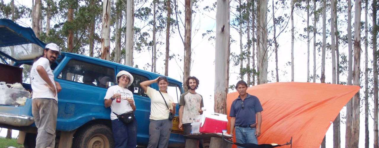 A equipe que encontrou o afloramento dos coprólitos - da esquerda para a direita: Marco Aurelio França (USP), Ana Emília de Figueiredo (UFRGS), Paula C. Dentzien-Dias (FURG), Thomaz Melo (UFRGS) e o motorista Walter (UFRGS)