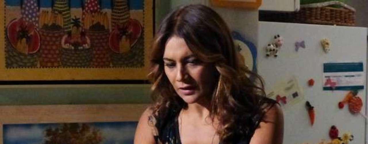 Bem distante de casa, Morena (Nanda Costa) finalmente manda notícias para Lucimar (Dira Paes)! É um mero SMS, mas já é alguma coisa: \