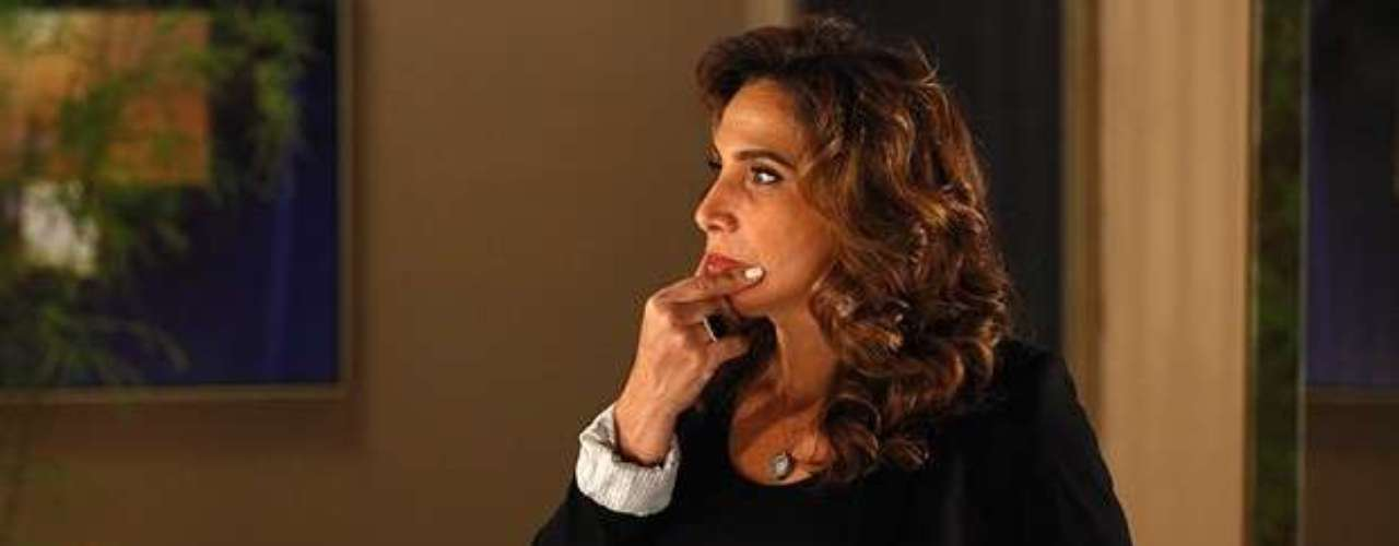 Com medo do que Helô (Giovanna Antonelli) pode descobrir sobre ela, Wanda (Totia Meirelles) passa por cima de uma ordem de Lívia (Claudia Raia) e decide se livrar da delegada por conta própria