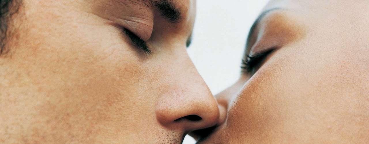 A transmissão acontece apenas pelo beijo?Não necessariamente. De acordo com Marcos Antonio, alguns casos raros também podem envolver uso do mesmo copo ou talher, mas o beijo é a principal forma de transmissão. \