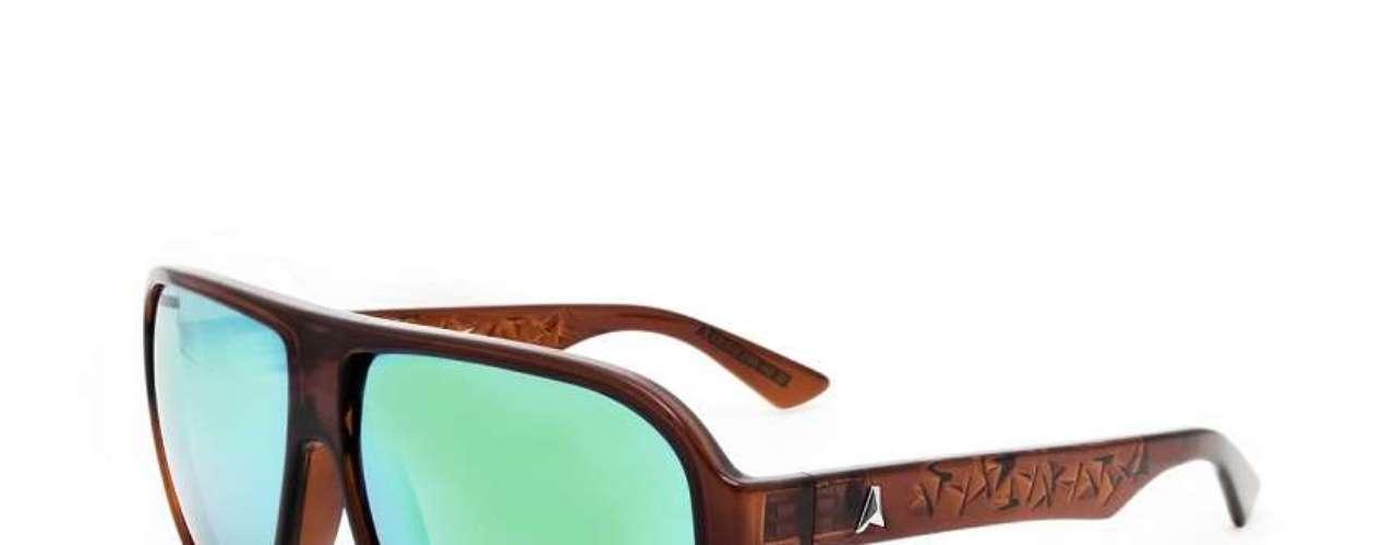 Os óculos espelhados sãoda Absurda para Óticas Carol. Preço: R$ 290 (até 12/02). Informações: (11) 3528-9300