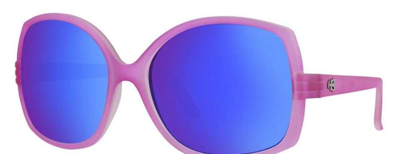 A HB oferece óculos com armação colorida e lentes espelhadas na cor azul. Preço: R$ 249. Informações: (11) 4591-8610