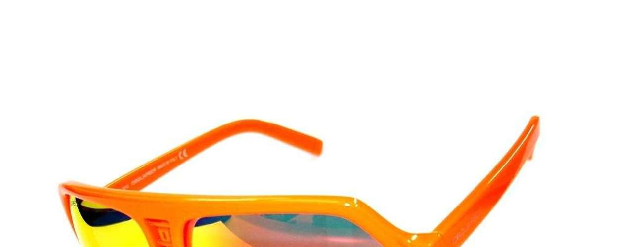 A opção de armação laranja é da DSQuared2, disponível na Bless Optical. Preço: R$ 690. Informações: (11) 5531-3479
