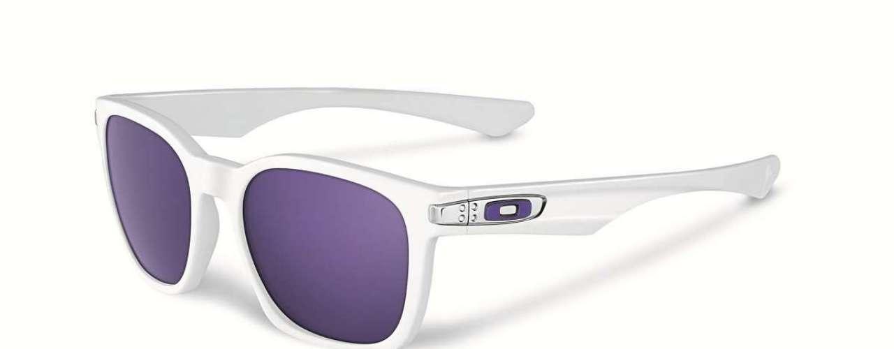 Os óculos de armação branca e lente espelhada azul são o Garage Rock, da Oakley.Preço sugerido:R$ 390 a R$ 490. Informações: (11) 4003-7822