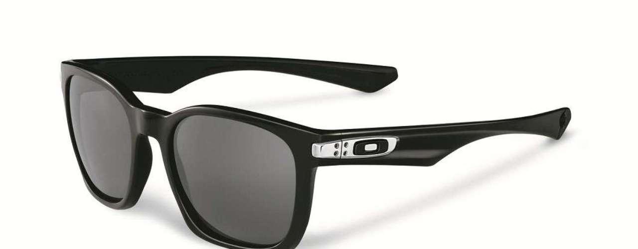 Os óculos de armação preta e lente espelhada saoo Garage Rock, da Oakley.Preço sugerido:R$ 390 a R$ 490. Informações: (11) 4003-7822