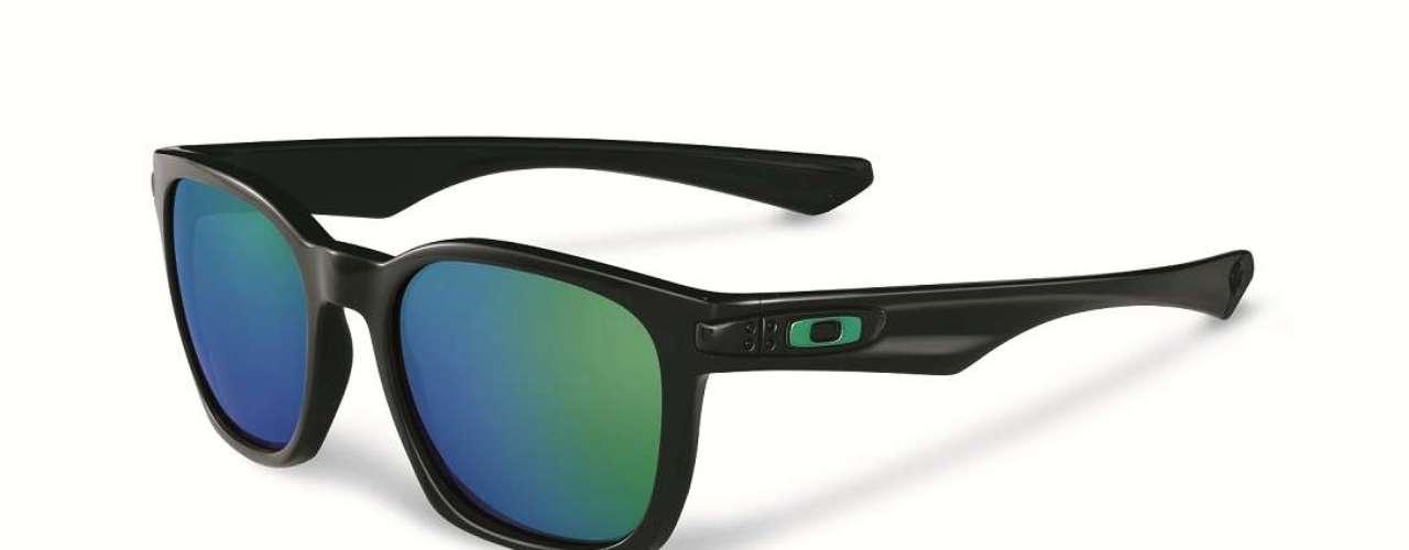 Os óculos de armação preta e lente espelhada em verde e azul sãoo Garage Rock, da Oakley.Preço sugerido:R$ 390 a R$ 490. Informações: (11) 4003-7822
