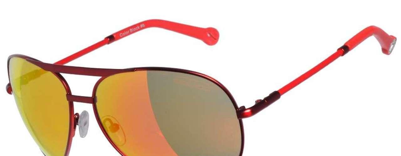 Os óculos espelhados de armação vermelha são da Chilli Beans. Preço: R$ 228. Informações:(11) 3818-3030