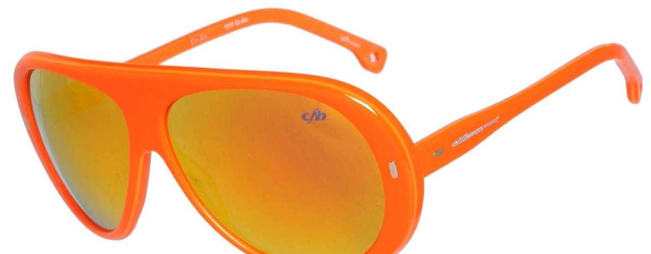 Os óculos espelhados de armação laranja, da Chilli Beans, saempor R$ 228. Informações: (11) 3818-3030