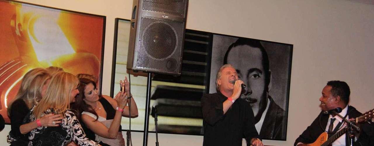 Roberto Justus marcou presença no aniversário da ex-mulher Sacha Chryzman, na terça-feira (5), em São Paulo. Para animar a celebração, o empresário cantou em clima descontraído para os convidados. Também compareceu à festa sua atual mulher Ticiane Pinheiro e a filha Fabiana Justus, fruto de seu relacionamento com Sacha