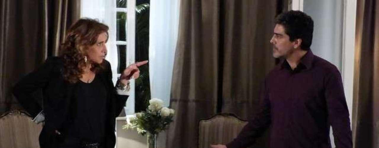 Ao encontrar Wanda (Totia Meirelles), Santiago (Junno Andrade)tenta se justificar pelo atentado contra Helô (Giovanna Antonelli)não ter dado certo. Ele coloca a culpa na cúmplice, afirmando que ela não usou todos os seus bons contatos. A chefia é contra! Porque eu tomei essa iniciativa por conta própria para safar nós dois!, explica Wanda. Santiago garante que não disse o seu nome para o matador de aluguel, mas ainda assim a bandida não fica tranquila. Só quem sabe do meu envolvimento nisso é você! Você me tem nas mãos, Santiago!, destaca ela