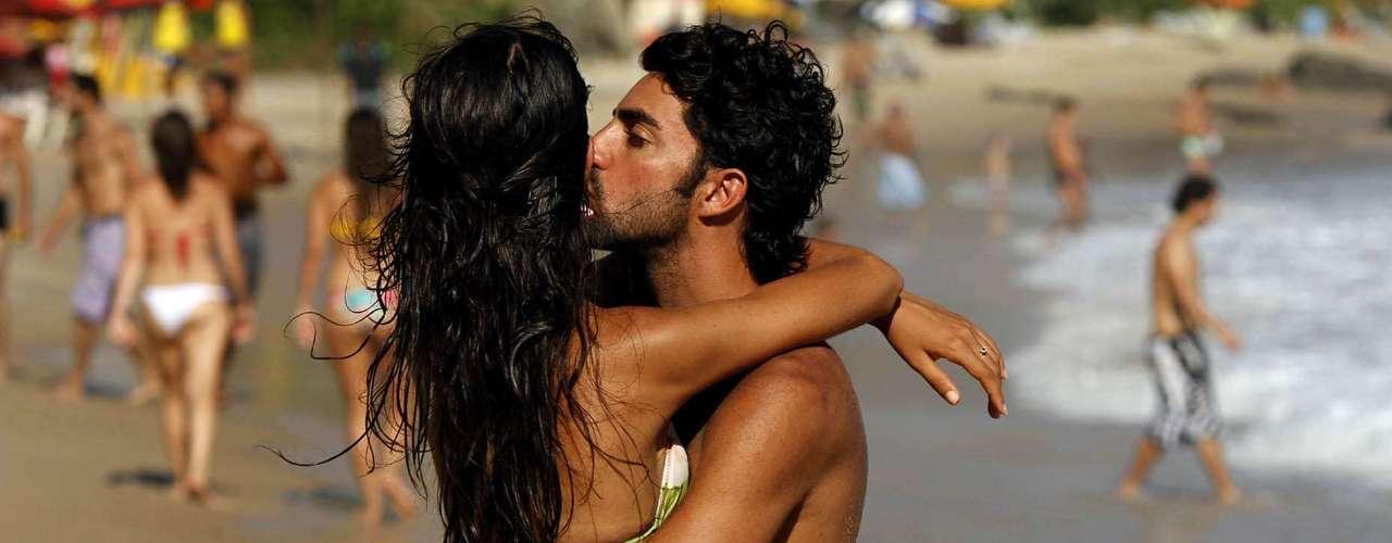 7 de fevereiro:Houve quem curtiu um romance nas areias da Praia da Barra