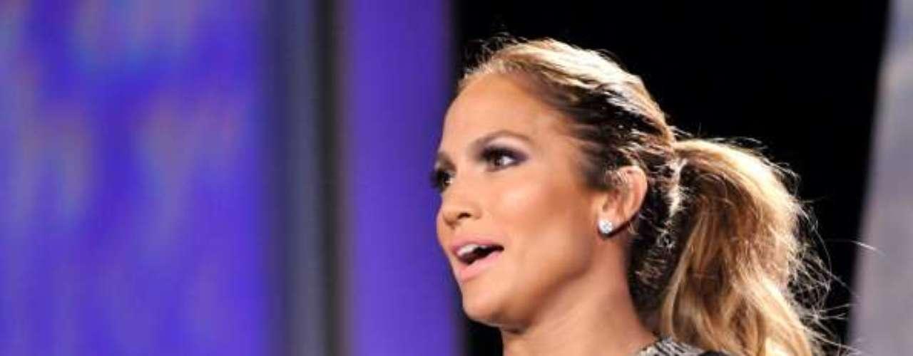 Com invejáveis madeixas, Jennifer Lopez aposta no rabo-de-cavalo alto para enfrentar os dias de calor intenso