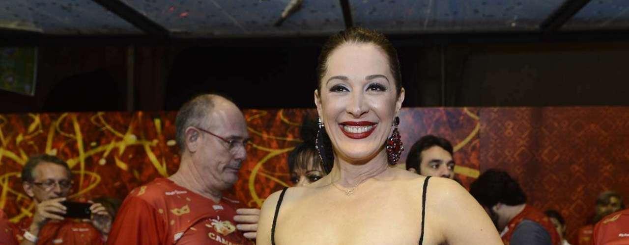 Claudia Raia causou tumulto e foi um dos principais nomes de um camarote de uma marca de cervejas nos desfiles de São Paulo