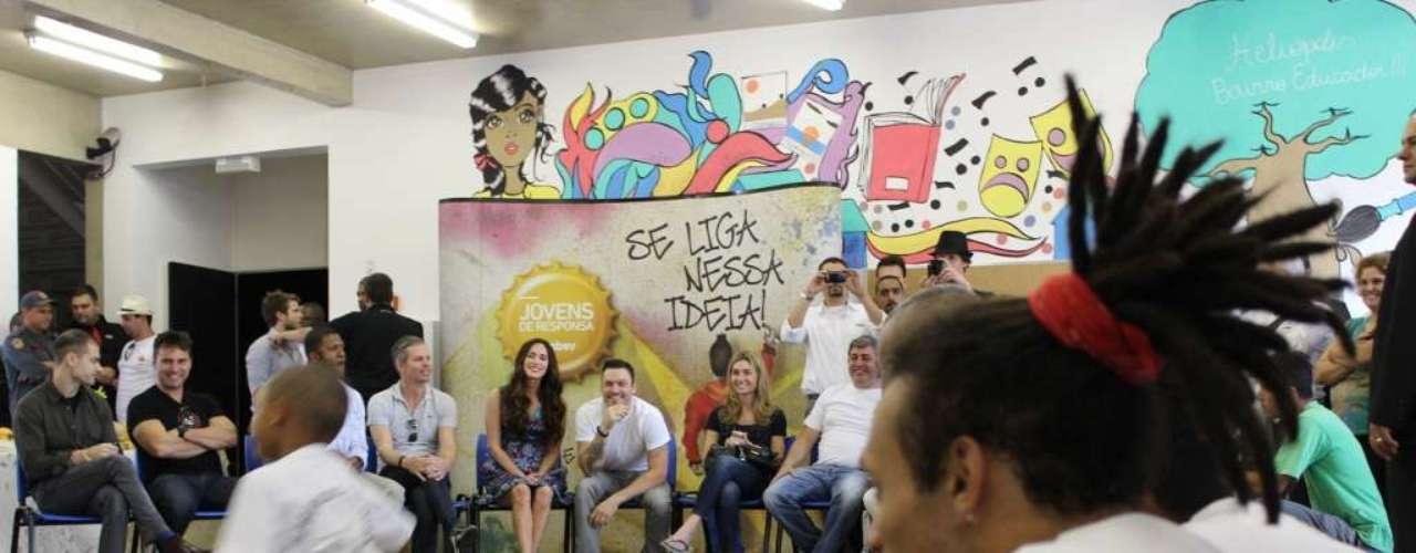 Acompanhada pelo marido, o ator Brian Austin Green, Megan Fox foi conhecer o projeto Jovens de Responsa na associação de moradores de Heliópolis
