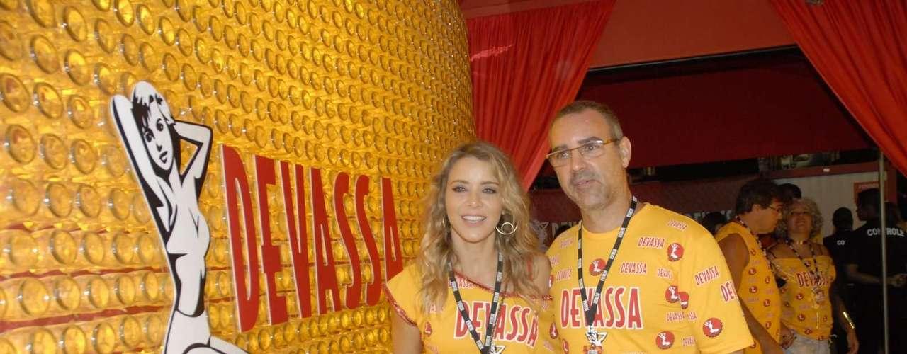 Christine Fernandes foi uma das atrações do camarote da Devassa, acompanhada pelo marido Floriano Peixoto