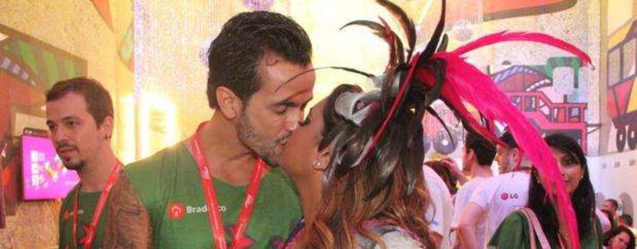 Preta Gil e seu marido também trocaram beijos quentes neste Carnaval