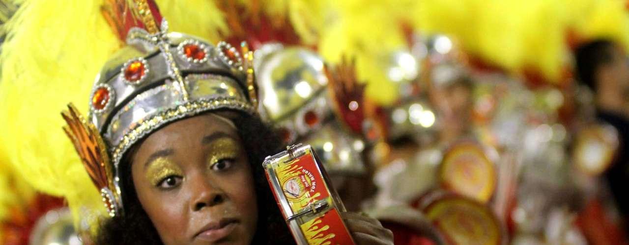 Até mesmo instrumentos levaram cores quentes no desfile