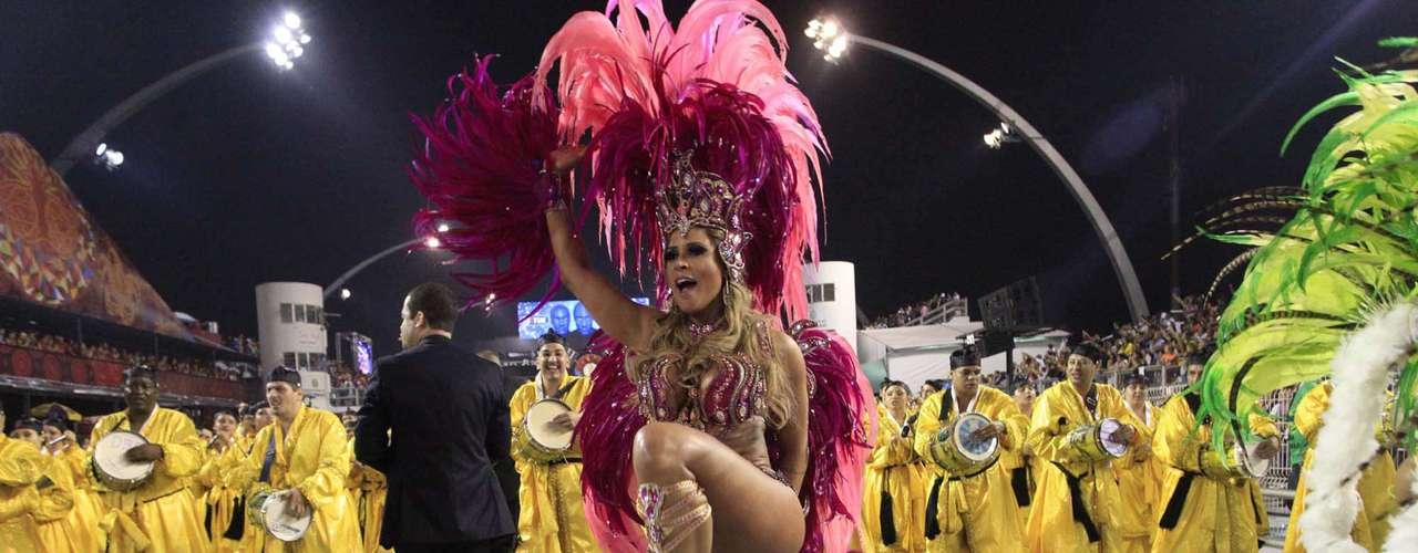 Modelo Elen Pinheiro se destacou no desfile da Vila Maria