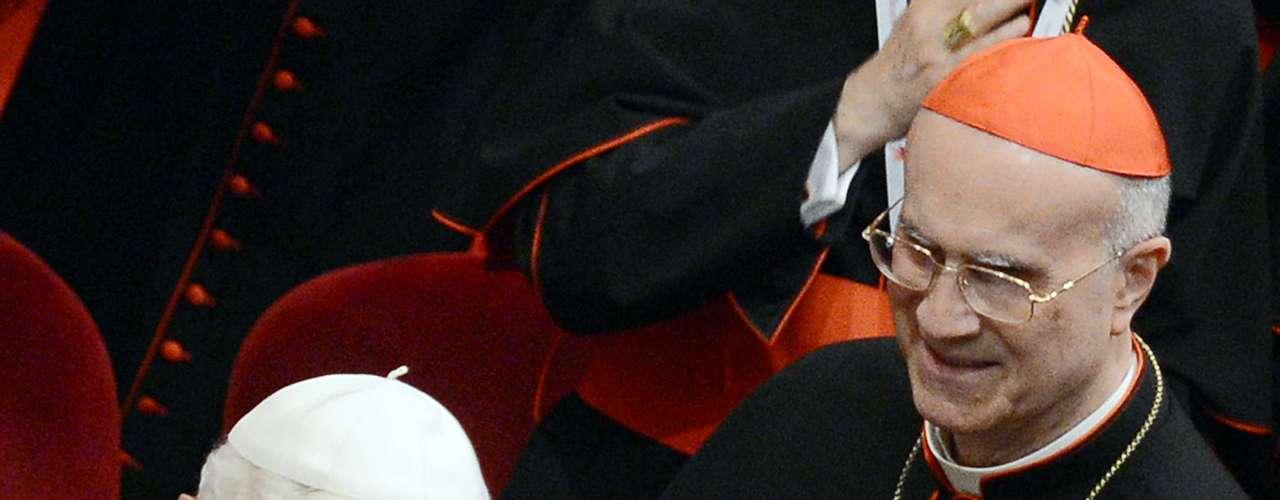 O cardeal Tarcisio Pietro Bertone, secretário de Estado do Vaticano, é o atual camerlengo, como se denomina o administrador de bens e direitos temporários da Santa Sé até a escolha do sucessor de Bento XVI. Bertone nasceu na cidade turinesa de Romano Canavese, em 2 de dezembro de 1934. Membro da Sociedade de São Francisco de Sales São João Bosco (salesianos), estudou no Oratório di Valdocco e no noviciado salesiano de Monte Oliveto, em Pinerolo (Itália).