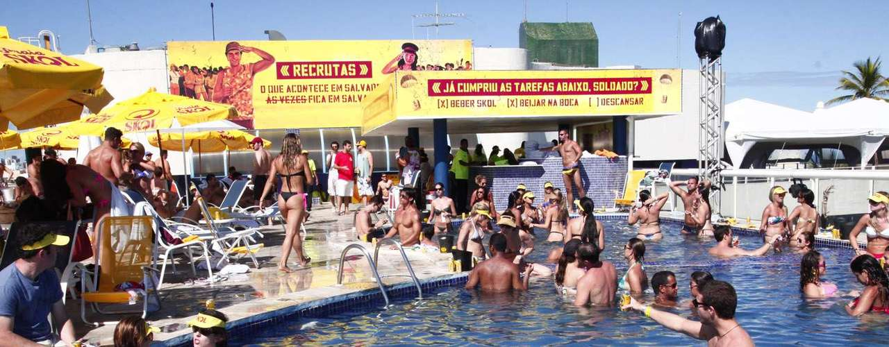 Foliões se refrescaram do calor de Salvador