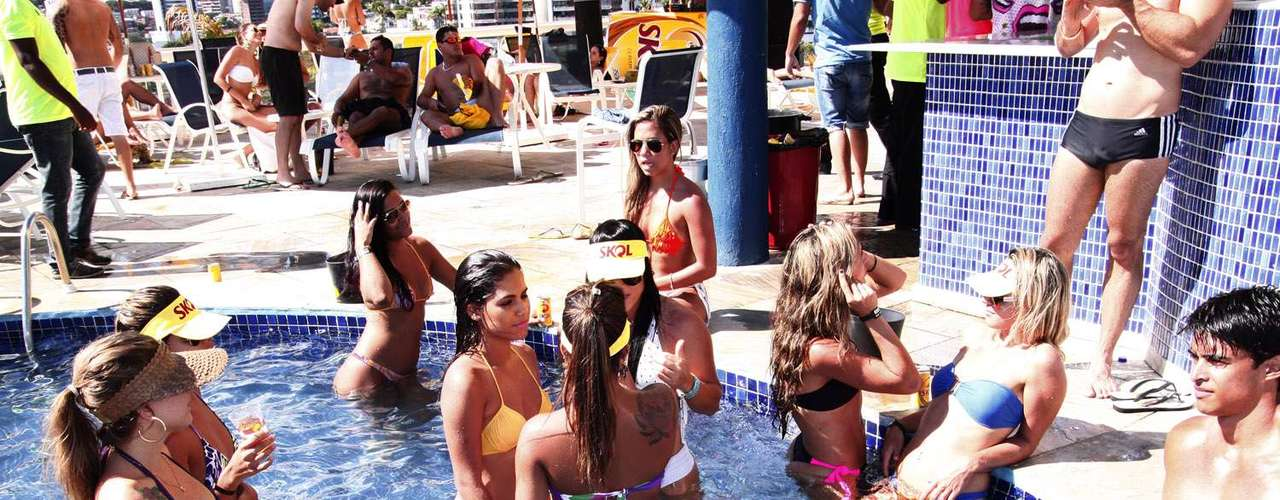 Gatas desfilaram de biquini durante a pool party