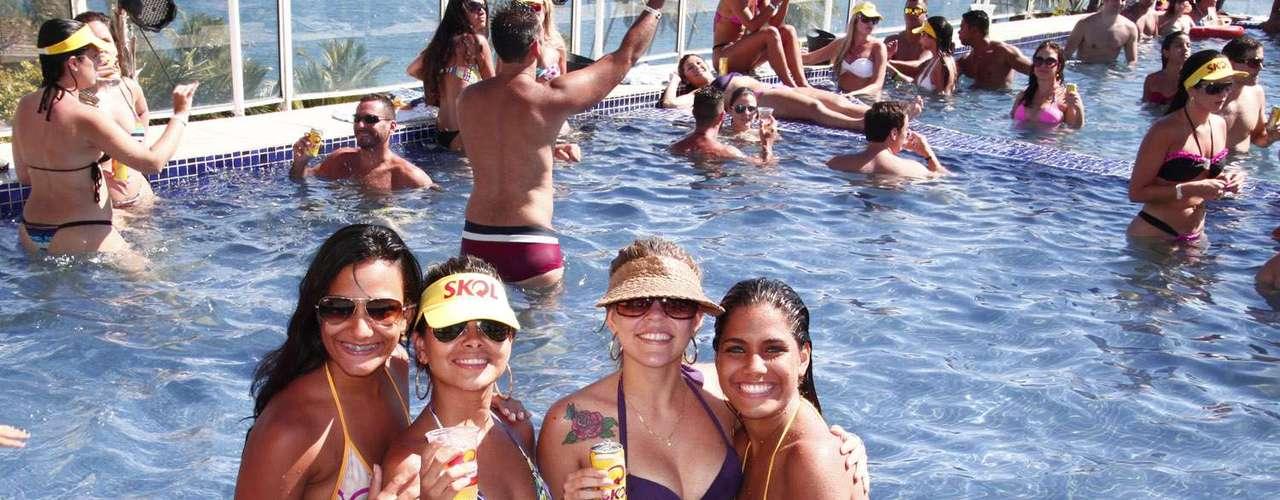 Elas aproveitaram a água para se refrescar do calor de Salvador