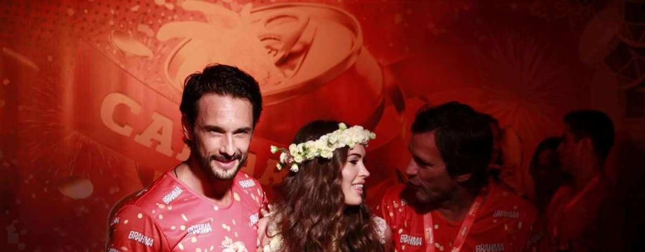 Ao lado de Rodrigo Santoro, a atriz americana Megan Fox acompanha os desfiles no camarote Brahma
