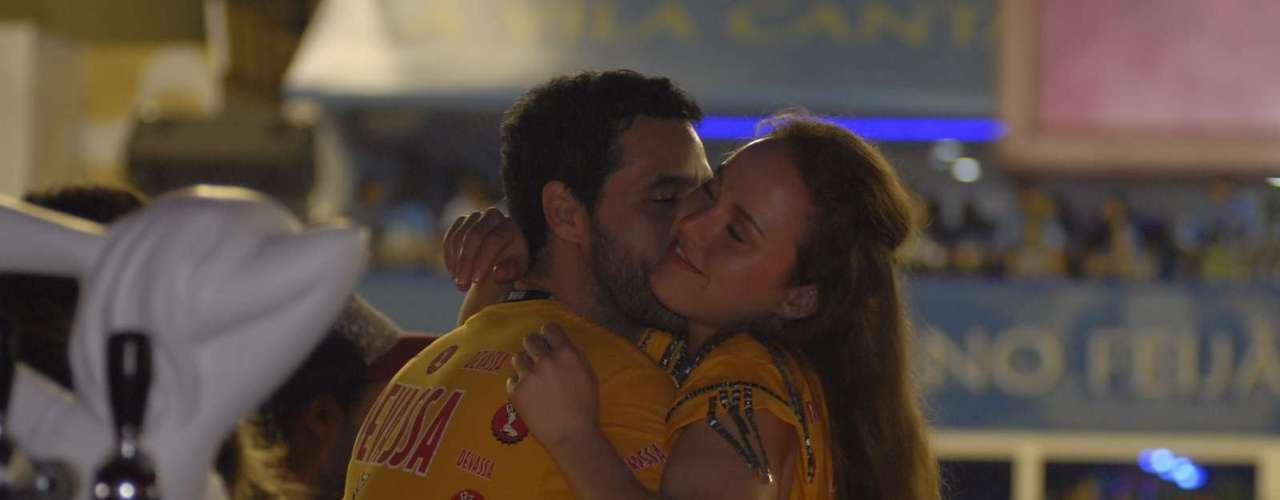 Bruno Garcia e sua companheira no camarote da Devassa