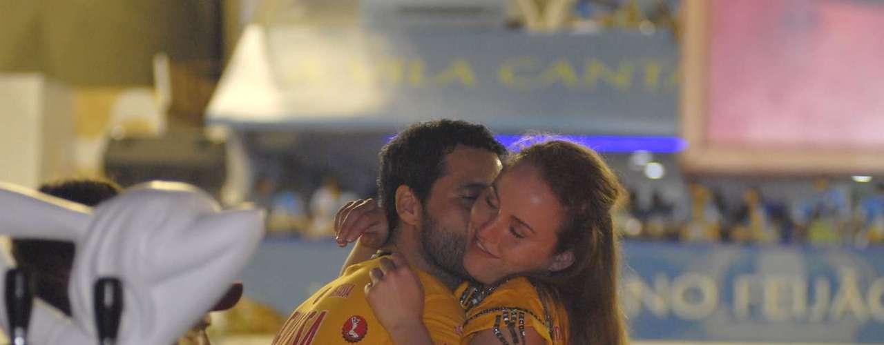O ator Bruno Garcia beija mulher no camarote da Devassa, no Rio de Janeiro