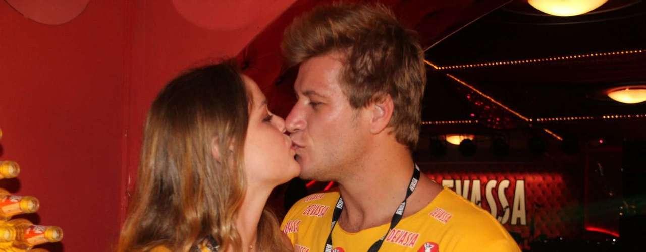 Ex-BBB Diego Alemão e a namorada Vivian Steinhoff no camarote da Devassa, no Rio de Janeiro