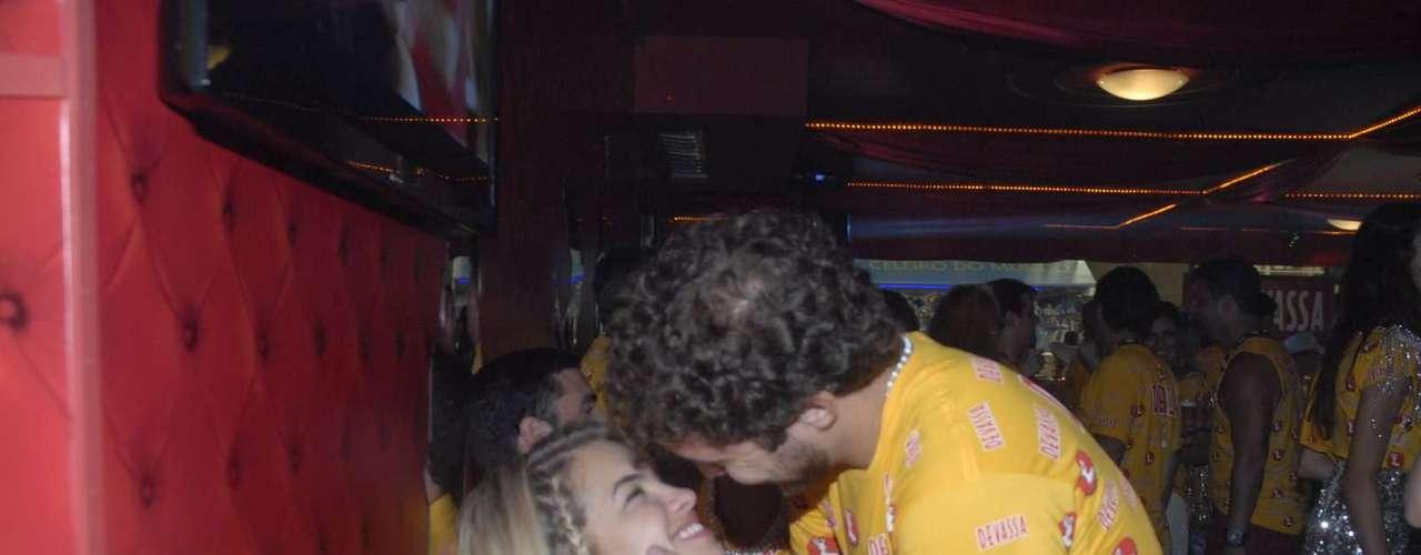 A atriz e cantora brasileira Lua Blanco recebe um beijo no camarote Devassa, no Rio de Janeiro