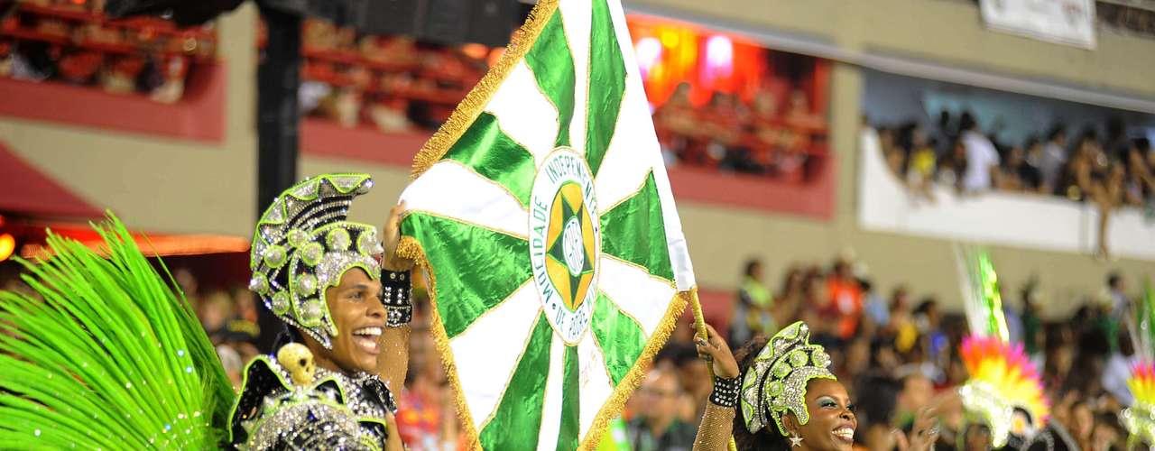 O primeiro casal de mestre-sala e porta-bandeira realizava evoluções com uma fantasia na cor verde e preta