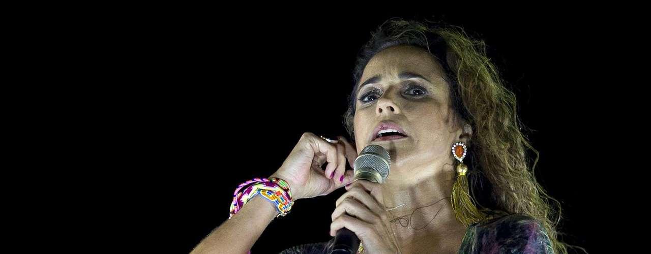 Daniela Mercury mostra que ainda tem muita vitalidade para aguentar comandar o trio elétrico no Carnaval de Salvador