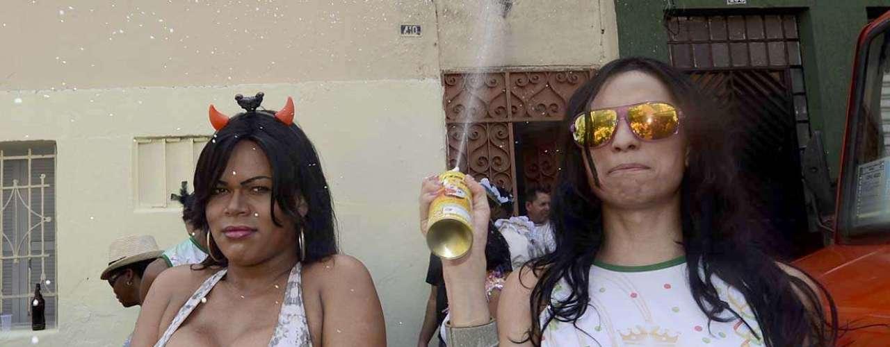 Público utiliza espuma para se divertir durante o bloco
