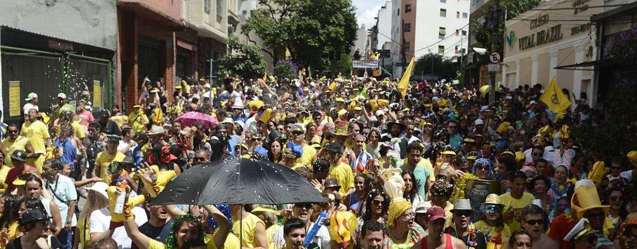 Milhares de paulistanos aproveitaram a festa do Bloco do Esfarrapado