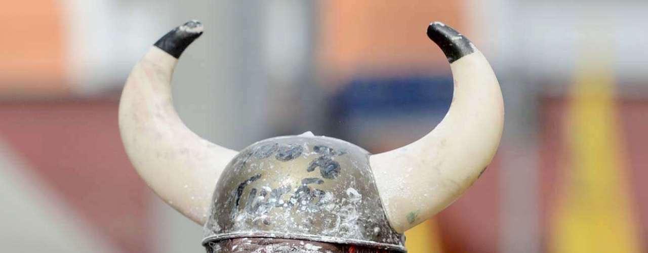 Folião se veste de viking para acompanhar o Bloco do Esfarrapado