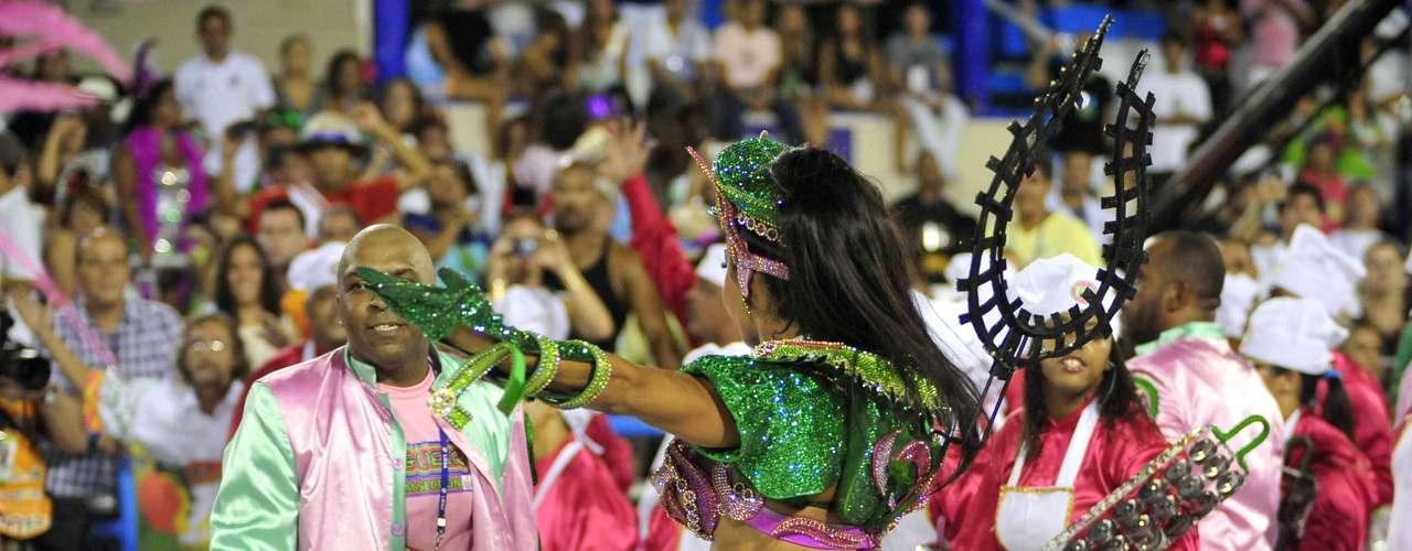Gracyanne Barbosa é a rainha de bateria da escola